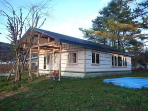 正面外観、屋根下広い木製デッキ、スロープ設置予定