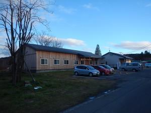 前庭、芝生とアスファルト舗装の駐車場が整備された